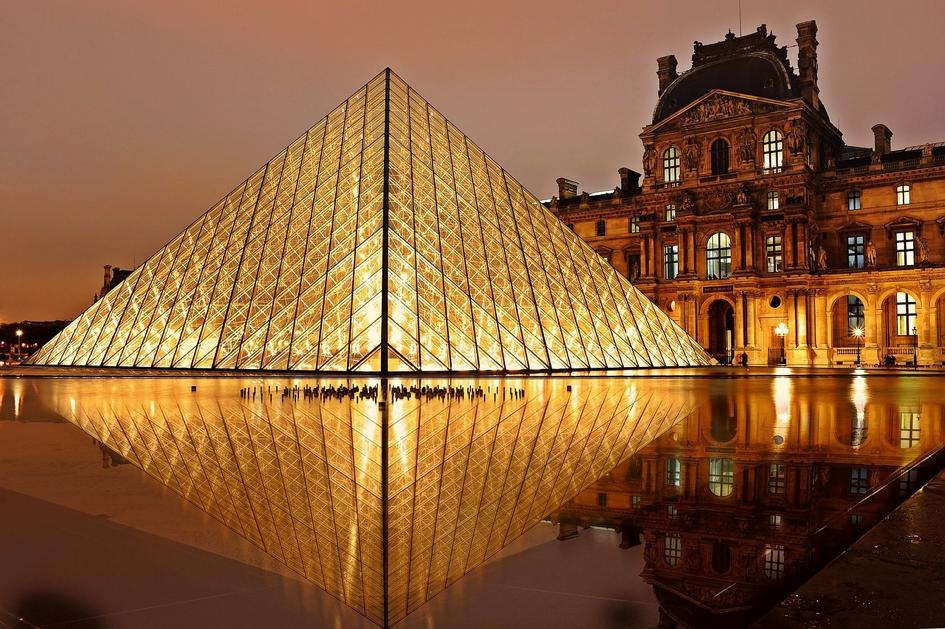 Airbnb lance un concours de soirée pyjama au Louvre